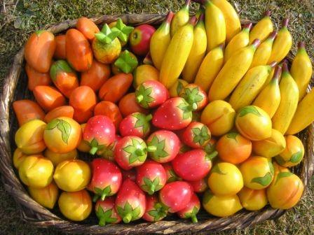 Früchte aus Balsaholz